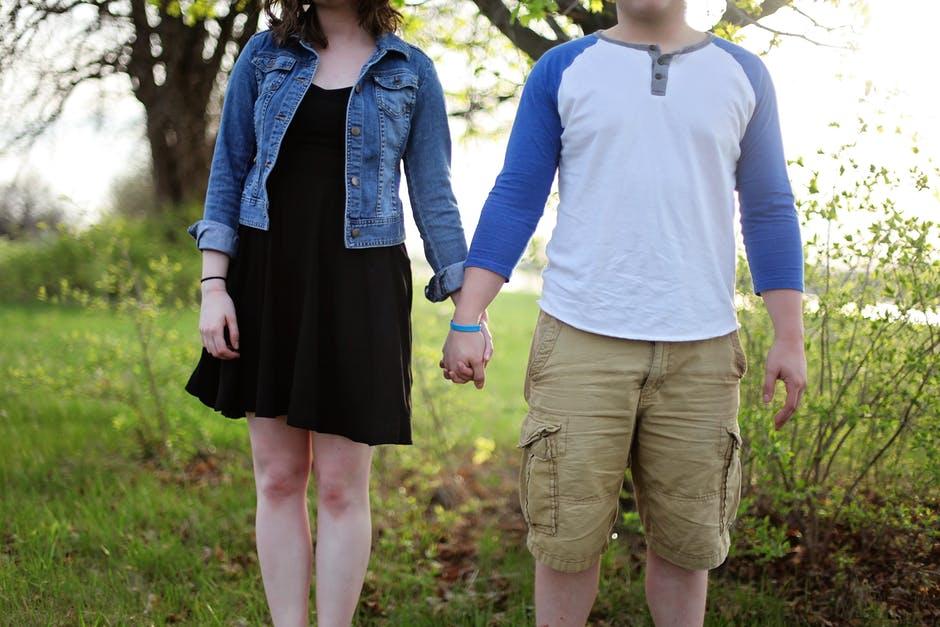 main dans la main couple qui dure